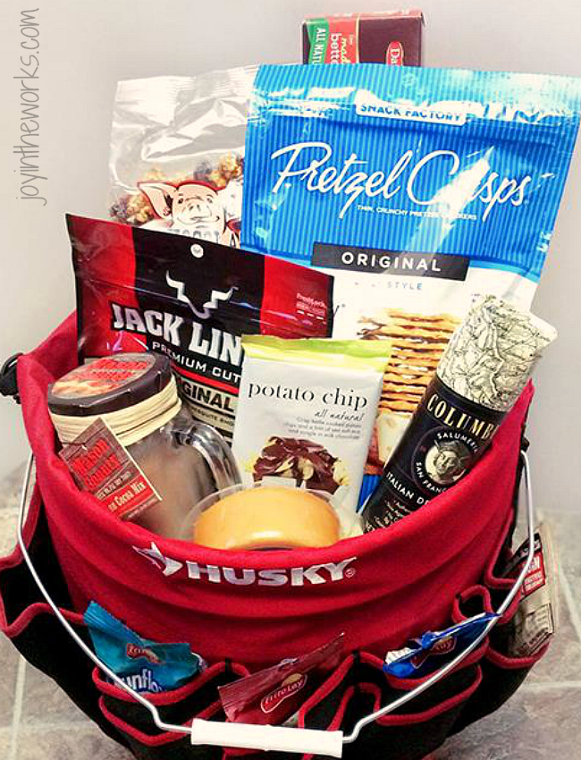 Looking for the perfect gift for father's day (or any other occasion) for your husband, dad or any other handy person in your life? Make this simple Handy Man Gift Basket filled with man snacks!
