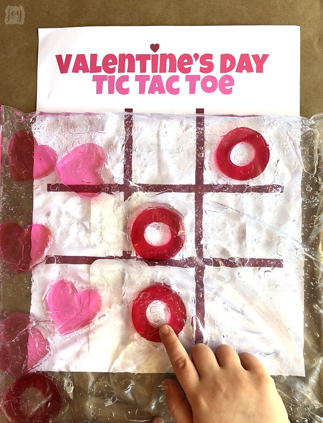 Tired of playing the same old Tic Tac Toe?! Take your game up a notch with this printable Valentine's Day Sensory Tic Tac Toe Game with free printable game board! #freeprintable #tictactoe #printablegames #valentinesdaypartygames #valentinesday #sensory #sensoryactivity #sensorybag